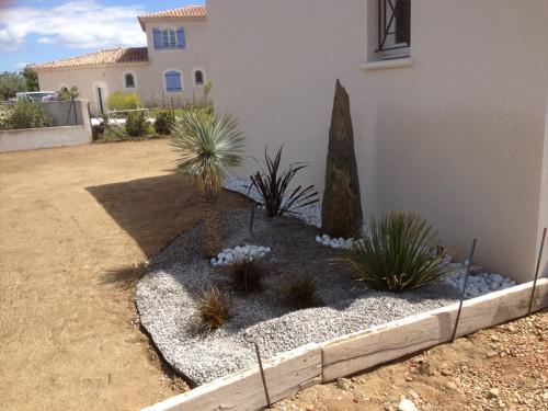 Après aménagement du terrain et plantation de palmiers et préparation du terrain pour semer le gazon
