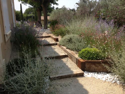 Apres Réalisation d'un escalier avec poutres en chene et plantation de plantes méditerraneennes